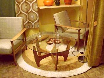 glas couchtisch mit filigranem holzgestell. Black Bedroom Furniture Sets. Home Design Ideas