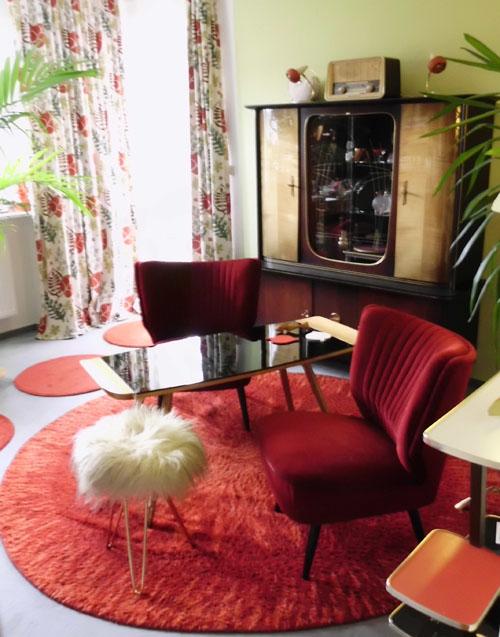 Roter runder teppich der 70er jahre for 70er wohnzimmer