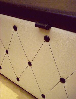schwarz wei e truhe der 60er 70er. Black Bedroom Furniture Sets. Home Design Ideas