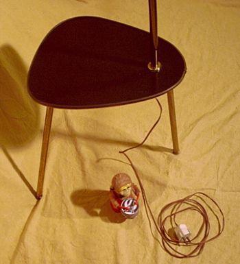 stehleuchte mit beistelltisch n tzliches 50er jahre design. Black Bedroom Furniture Sets. Home Design Ideas