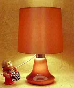 tisch und stehleuchten mit beleuchtetem fu. Black Bedroom Furniture Sets. Home Design Ideas